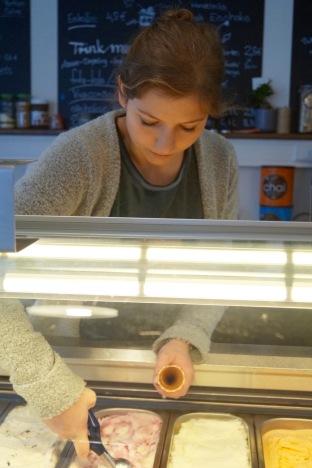 Isa an der Eistheke - Cafe Isa