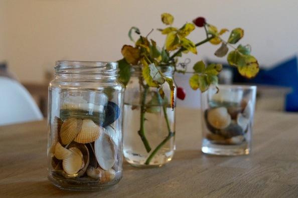 Schlichte Dekoration auf Tisch - Cafe Isa