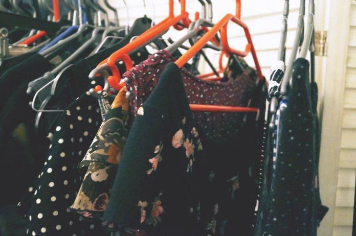 Am Wochenende bekommen alle Kleidungsstücke einen ordentlichen Platz zugewiesen.