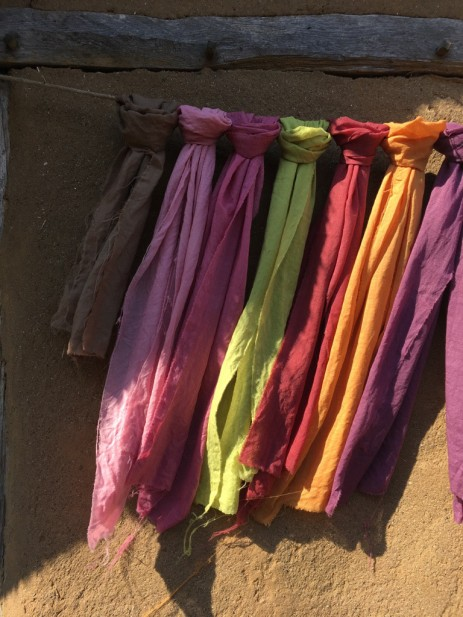 handgewebte und gefärbte bunte Tücher